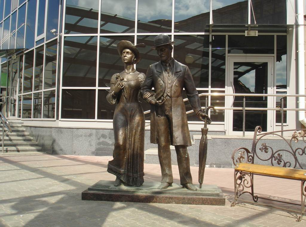 "Sculpture ""Welcomers"": in Vitebsk we always welcome guests."